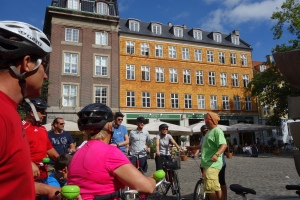 Mike shares his enthusiasm for Copenhagen with an eager group of bikers.