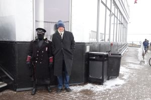 Rick stands with an Empire State Building security guard who knows how to dress appropriately for the weather.
